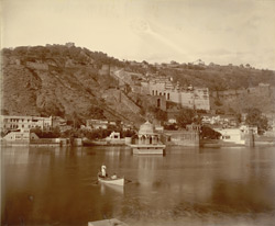Sunder Ghat, on the embankment of Naolakha Tank [Bundi]. Built by Sunder Sho Bhaji the Pardayat (concubine) of His Highness Maharao Raja Vishnoo Singhji. Samvat 1867. AD 1810.